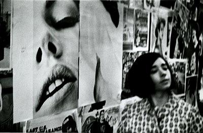 Passantin geht an Posterwand vorbei, New York, 1967