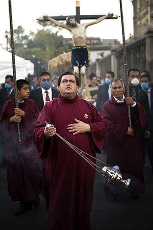 Mexiko-Stadt: Katholischer Geistlicher bei Prozession