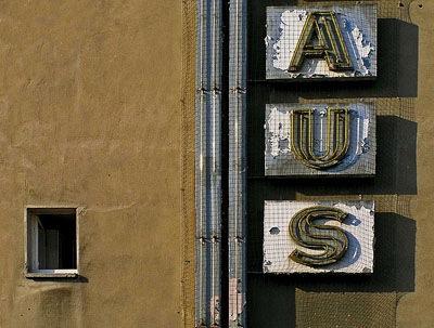Reklame-Buchstabe an einer Hausfassade