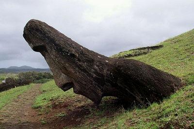 Moai-Skulptur am Rano Raraku auf der Osterinsel