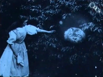 """Mürrischer Kater in einem Screenshot aus der """"Alice im Wunderland""""-Verfilmung"""