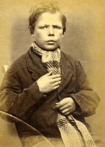 Polizeifoto eines Kindes, wegen Diebstahls zu Zwangsarbeit verurteilt