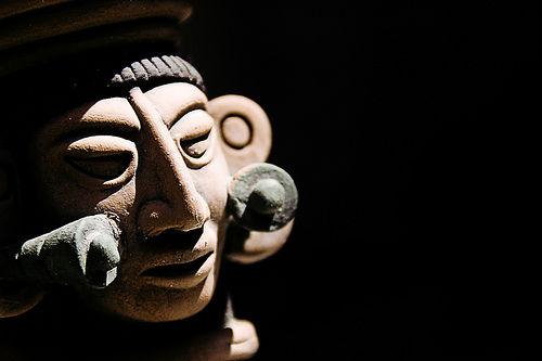 Kopf einer Maya-Skulptur, konstrastreich