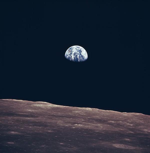 Historische Nasa-Fotografie von 1969: der Erdaufgang, vom Mond aus gesehen.